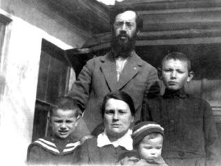 Наша семья. Родители: Владимир Амбарцумович и Валентина Георгиевна. Дети (слева направо): приемный сын Никита, Лида и Евгений.