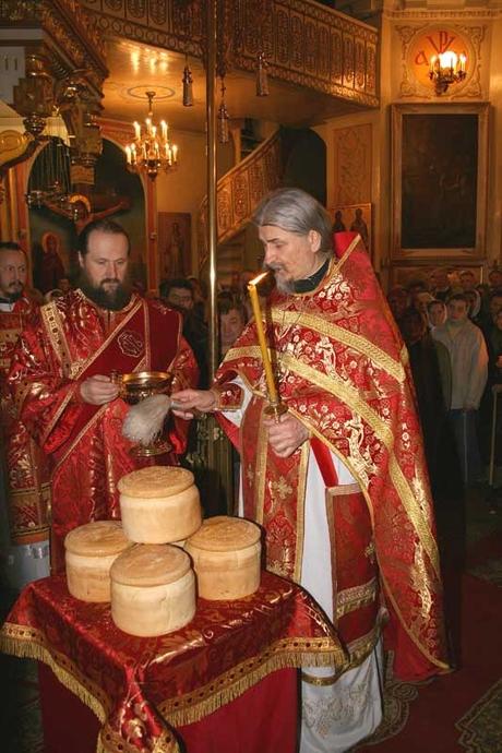 Освящение пасхального артоса в Псково-Печерском монастыре