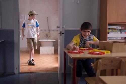 Справа – Кирилл (15 лет) занят простейшим развивающим конструктором