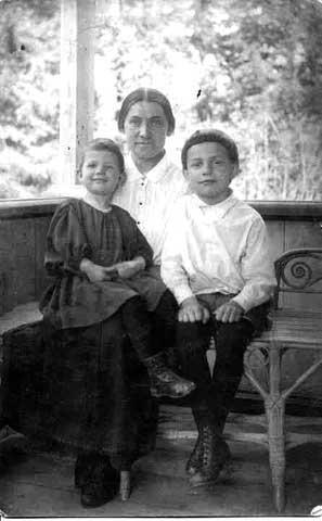 Хорошо с мамой Марусей и братишкой Женей. Манихино 1925г.