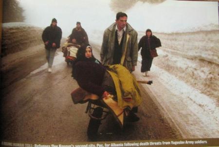 Албанские беженцы переходят через границу