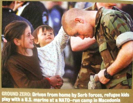 Албанские дети приветствуют американского солдата