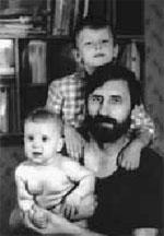 Этот снимок был сделан в 1992 году. На нем - муж Марии - Василий Бабенко и сыновья Петр (на заднем плане) и Гоша. Василий погиб в 1998 году, Петр - в 2005 году.