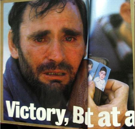 Албанский беженец ищет пропавших без вести детей.