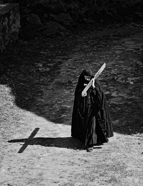 Монах Иосиф идет на вечернюю службу