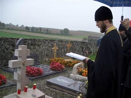 Архим. Мартин служит панихиду на могиле архиеп. Серафима