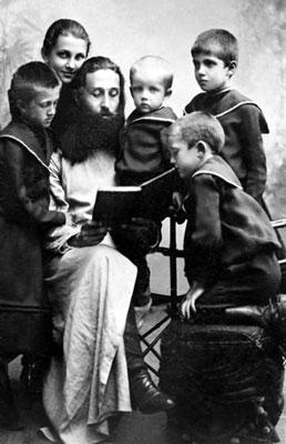Священник Митрофан Сребрянский с племянниками, которых он воспитывал, детьми Александры Владимировны Исполатовской. Орел.