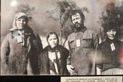 Семья колхозников Ласточкиных с бирками на шее, которые заставляли носить фашисты. д.Рыльцево, Зубцовский р-н, Калининская обл., 1942