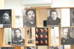 Стена, оформленная с помощью  фотографий святых новомучеников  и исповедников, пострадавших от коммунистических репрессий. Фотографии из личный уголовных дел, доступны в базе данных новомучеников, созданных при отделе НИРЦ ПСТГУ Н.Е.Емельяновым