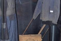 Самодельный сундук заключенного  ГУЛАГа, одежда заключенных, колючая  проволока из различных концлагерей.  Обломок пилы из Колымы. Такими пилами работали на лесоповалах жертвы коммунистических репрессий.