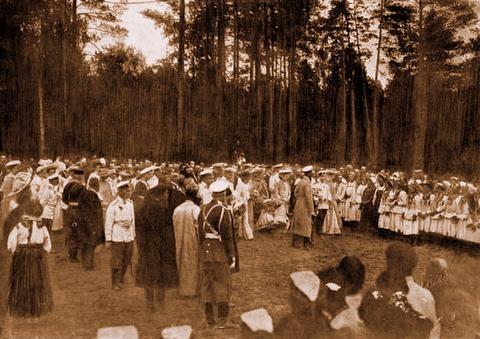 Их Императорские Величества обходят представительниц инородцев Тамбовской губернии 17 июля 1903 г.