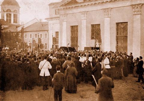 Вынос св. мощей преп. Серафима из церкви свв. Зосимы и Савватия во время всенощной, 18 июля 1903 г., в Успенский собор.