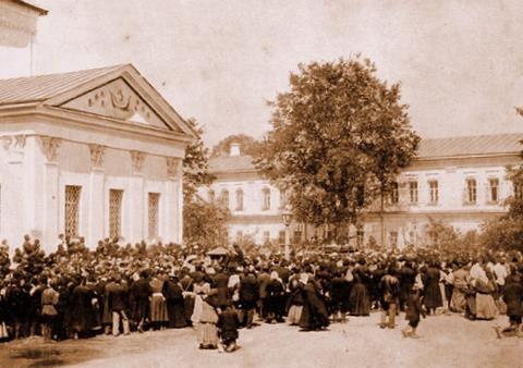 Крестный ход перед алтарем Успенского собора 19 июля 1903 г.