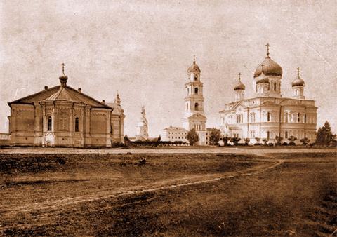 Серафимо-Дивеевский женский монастырь (с левой стороны) - трапезная, приходская церковь, колокольня и собор