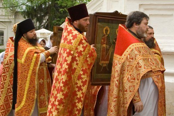 Крестный ход - участвует духовенство