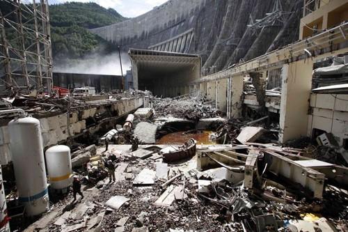 Рано утром 17 августа на крупнейшей гидроэлектростанции в России - Саяно-Шушенской - произошла авария, в результате которой погибли по меньше мере 12 человек, cудьба 64 остаентся неизвестной. Местное население, наученное горьким опытом предыдущих техногенных катастроф, в панике начало покидать свои дома. Местные власти пытаются успокоить людей, заявляя, что угрозы затопления городов нет