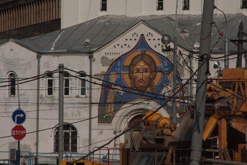 Сегодня многие московские храмы, подобно церкви Воскресения в Кадашах оказываются в каменном мешке безликих бетонных контрукций – это называется «моральным убийством храма». На фото Даниила Зинченко: Никольский старообрядеский храм на Белорусской
