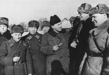 Генерал А. Власов награждается орденом Ленина. Зима 1942 года.