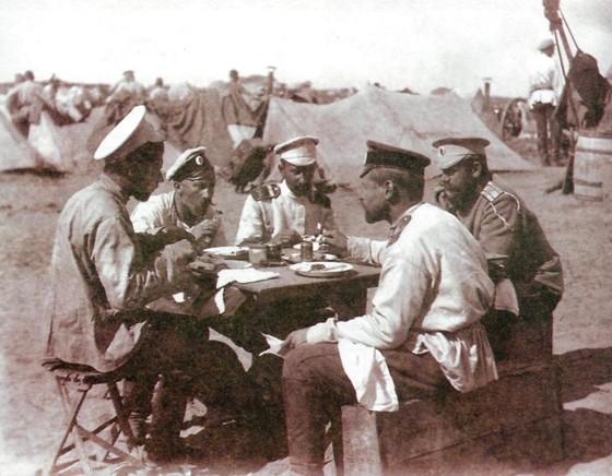 Рязанцы — солдаты и офицеры 35-й пехотной дивизии — на фронте. Фотография поручика П. П. Миролюбива, около 1905 года. www.history-ryazan.ru