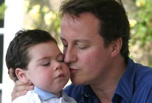 Дэвид Кэмерон со своим сыном Иваном, который страдал от церебрального паралича и эпилепсии и умер в фе в рале 2009 года