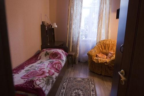 В каждой келье монастыря есть письменный стол и кресло с бра – специальное место для чтения