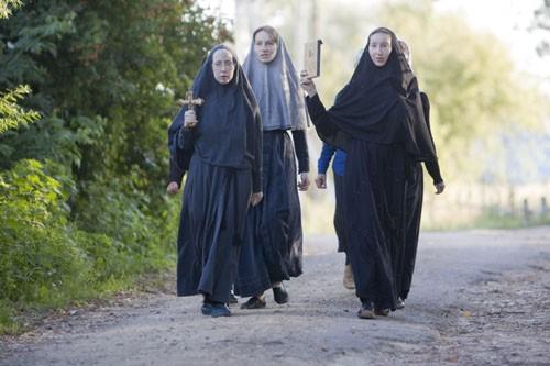 Ежедневно после вечерней молитвы сестры обходят крестным ходом территорию монастыря