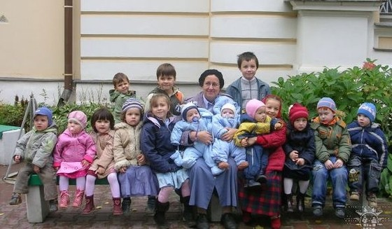 Матушка Мария Евгеньевна Ильяшенко с внуками