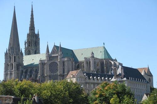 Шартрский собор - величайшее творение готической архитектуры и христианской культуры Средневековья. Здесь хранится Покров Богородицы - фрагмент шелковой ткани бежевого цвета длиной около 2 метров