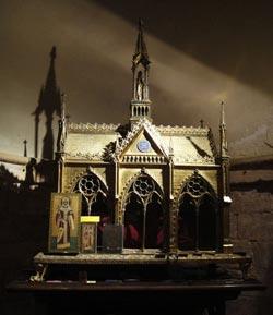 Рака с мощами св. равноапостольной Елены, с 1820 года хранящяася в парижскйо еркви Сен-Лe-Сен_жиль. Долгое время рака находилась высоко над главным престолом. После того как к святыне потянулись православные, а вслед за ними и католики, святыню перенесли в крипту под алтарем