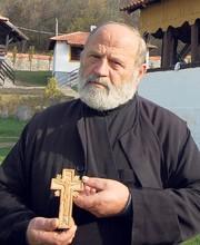 Настоятель монастыря Вуйан, Йован Никитович, с крестом патриарха Павла (Фото Г. Оташевич)