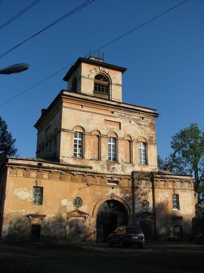 Надвратная Екатериниская церковь, где и сосредоточена сейчас богослужебная жизнь.