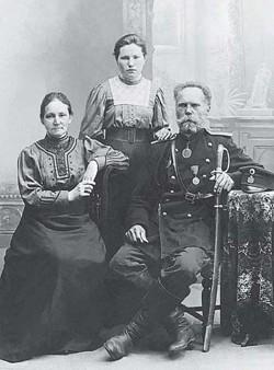 Нина Кузнецова с родителями Алексеем и Анной.