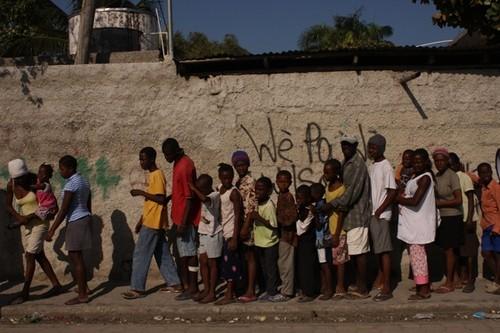 """Очередь за гуманитарной помощью на Гаити. Фото """"Русский репортер"""" Дмитрий Виноградов"""