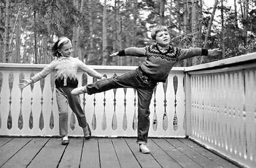 Из семейного архива И. Лиепы. Илзе с братом. Серебряный бор. Конец 1960-х гг.