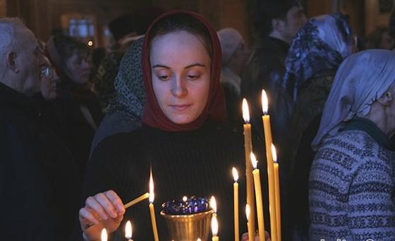На столах перед Спасо-Преображенским храмом в Больших Вяземах, когда православные...
