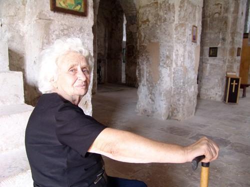Службы в этом храме бывают очень редко, священник, который служил здесь, жаловался, что служит в пустом храме. Но у местной бабушки, (DSC08983) живущей неподалеку, есть от храма ключи -- и приезжие туристы и паломники всегда могут попасть внутрь