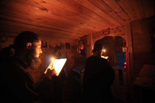 В крошечном домике, поделенном на две комнаты, по шесть квадратных метров каждая, молятся и едят. На фото: братья на молитве