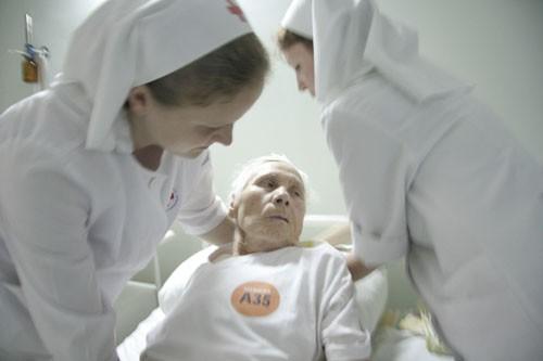 Анна Петровна сначала попала в отделение реанимации с инсультом. Затем была переведена в неврологию, откуда вскоре выписалась в добром здравии. Повторный инсульт привел ее в отделение реанимации и затем опять в неврологию. Но на сей раз из тяжелого состояния Анна Петровна так и не вышла. Однажды сестры пришли на работу, а Анны Петровны нет. Сестры всполошились, стали искать ее и нашли в терапии. Дело в том, что система страховой медицины не позволяет держать больных в отделении дольше положенного срока, и по истечении некоторого времени бабушку, все еще парализованную, в тяжелом состоянии, врачи неврологии вынуждены были перевести в другое отделение. Дочь Анны Петровны ухаживала за ней, но не могла забрать Анну Петровну в домой -- там ничего не было приспособлено к жизни такой больной. Бросить ее в чужом отделении, где нет таких сестер, девушки не смогли и регулярно ходили к ней в другой корпус. Когда номер готовился к печати, Анна Петровна скончалась
