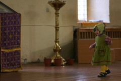 Малыш в церкви