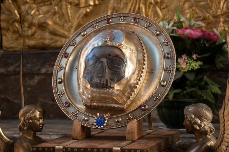 Святыню перенесли в Емессу, а затем в Константинополь. Усекновение главы Иоанна Предтечи