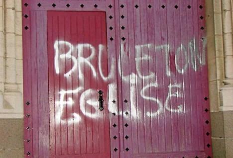 """""""Сожги свою церковь"""" - надпись на оскверненной базилике. Фото: http://www.dici.org"""
