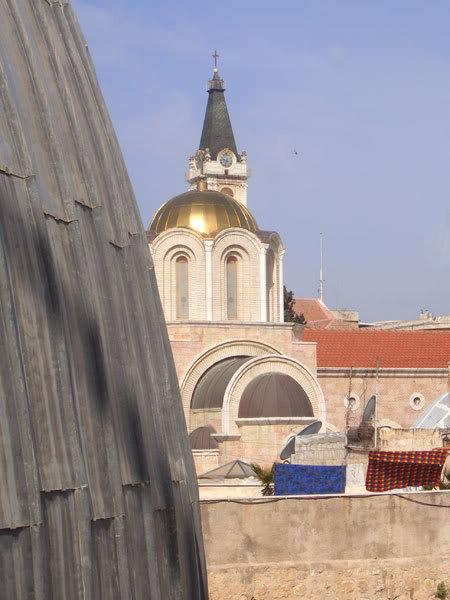 Слева - часть купола над Гробом Господним, по центру - золотой  купол храма Сошествия Святого Духа в Иерусалимской Патриархии. Сзади -  колокольня лютеранской церкви