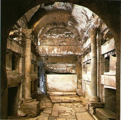 Callist_Cripta_papi Крипта пап (Cripta dei Papi) в Сан-Каллисто – один из тех первоначальных центров, вокруг которых разрослись катакомбы. В III веке здесь были погребены двенадцать римских епископов, большинство из которых рпославились как мученики или исповедники. В V-VIII веках их мощи были перенесены в различные римские храмы