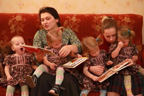 «Девочки очень любят, когда им читают, но каждая приносит свою книжку -- мне трудно им всем угодить. А вот смотреть сказки они готовы все, поэтому в последнее время мы показываем им диафильмы», -- рассказывает Варвара