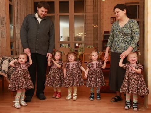 Семья в сборе. В обычных семьях мама бегает за ребенком, а здесь наоборот- они сами хоровод водят вокруг родителей. Слева направо: Лиза, Варя, Надя, Саша, Таня