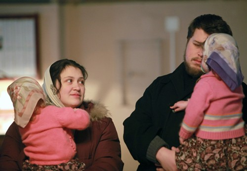 Дмитрий -- учитель математики, а Варя -- учительница музыки. Девочки у них родились 10 ноября 2007 года в Англии, так как российские врачи, узнав о пятерне, сначала предложили убить двух-трех малышек, а потом и вовсе отказались брать ответственность за роды. В английской же клинике за родами следила целая бригада из 18 врачей (по три доктора для мамы и на каждую девочку), а также сбежались студенты и практиканты -- всего было 40 человек! Благодаря врачам в Лондоне и молитвам в Москве близняшки родились здоровыми
