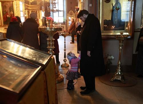 В храме святителя Николая в Кузнецкой слободе, где служит дедушка – прот. Владимир Воробьев. Детей сразу разбирают прихожане – родителям остается один-два ребенка, а то и вовсе ни одного. «Можно помолиться и отдохнуть», - признается Варвара