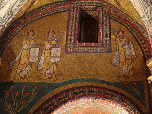 Мозаика из храма св. Прасседы (II век) с изображением свв. Агнессы, Присциллы (слева), Прасседы (справа)