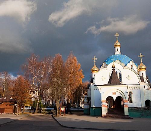 Первоначальный проект храма на территории больницы незаметно вырос в монастырский комплекс. На фото: храм Державной иконы Божией Матери