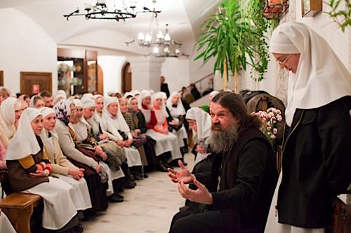 Традиционная воскресная встреча сестричества. О. Андрей Лемешонок делится с сестрами впечатлениями прошедшей недели